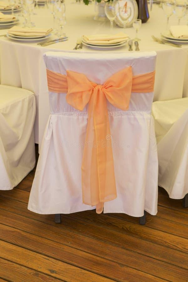 Regolazione ricca semplice ma di lusso della tavola per una celebrazione i di nozze immagine stock