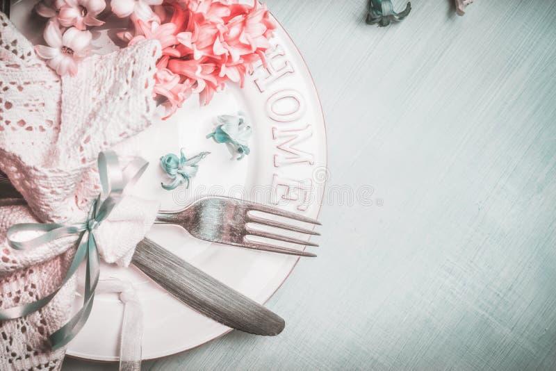 Regolazione romantica della tavola della molla nel colore pastello rosa blu, vista superiore fotografia stock