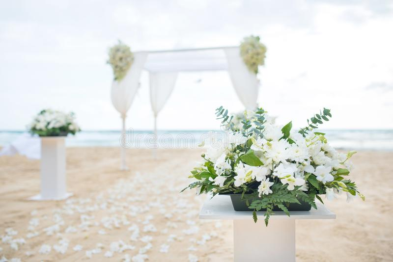 Regolazione romantica di nozze sulla spiaggia del mare fotografie stock libere da diritti