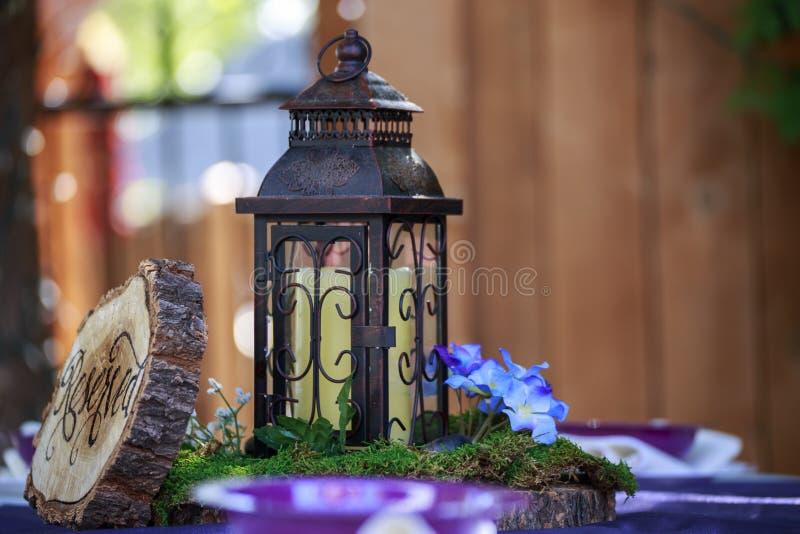Regolazione rustica di nozze della lanterna della Tabella fotografia stock