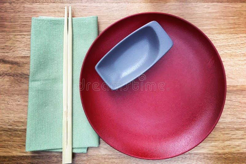 Regolazione tradizionale della tavola in un ristorante giapponese immagine stock libera da diritti