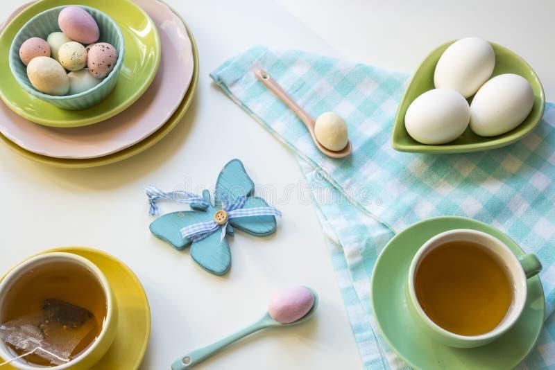 Regolazione variopinta di Pasqua con le uova e il thee fotografie stock libere da diritti