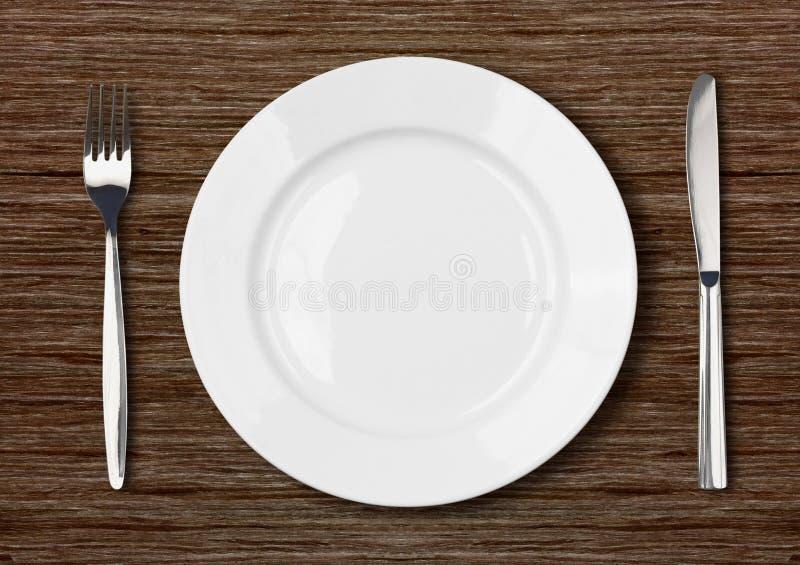 Regolazione vuota bianca del piatto di cena su di legno scuro immagini stock libere da diritti