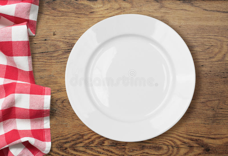Regolazione vuota bianca del piatto di cena sulla tavola di legno immagini stock libere da diritti