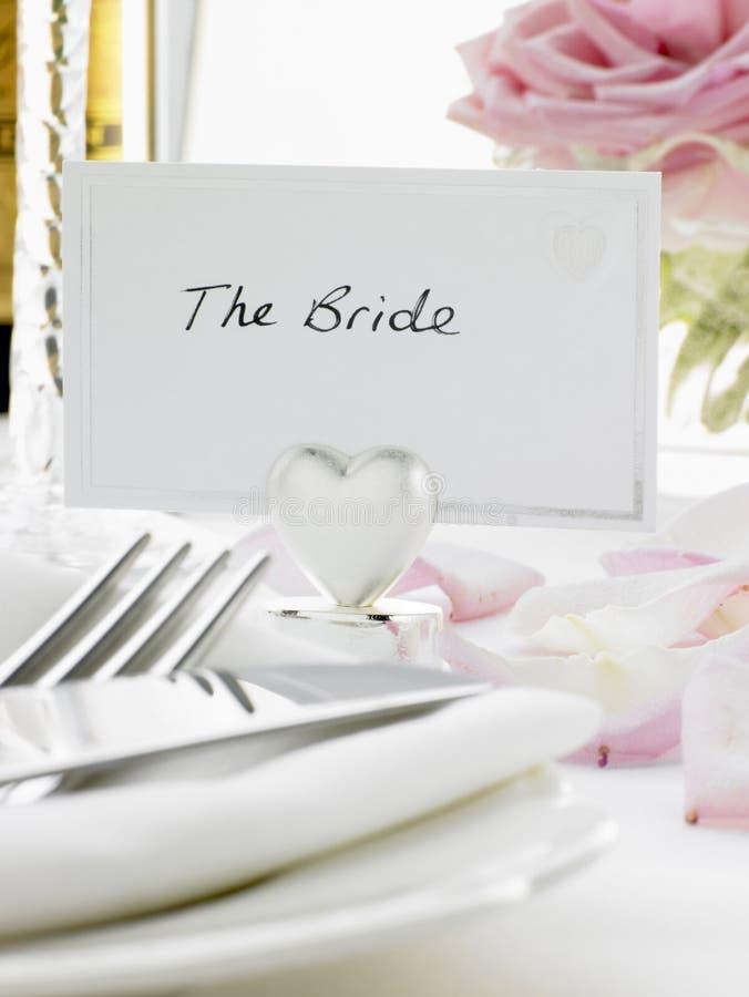 regolazioni di posto dello sposo della sposa immagini stock
