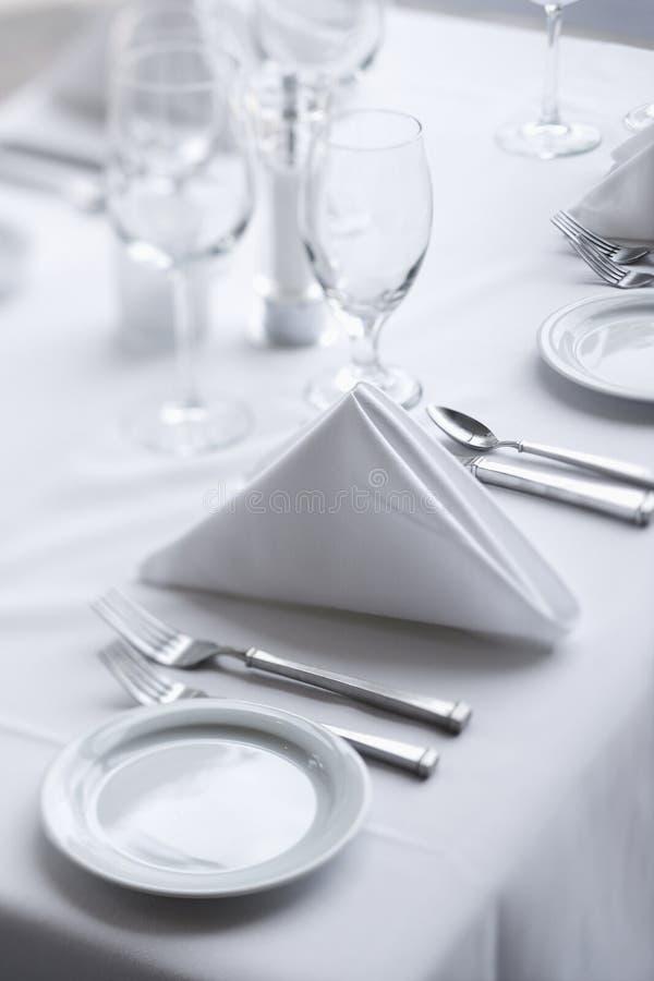 Regolazioni di posto sulla Tabella pranzante immagine stock libera da diritti