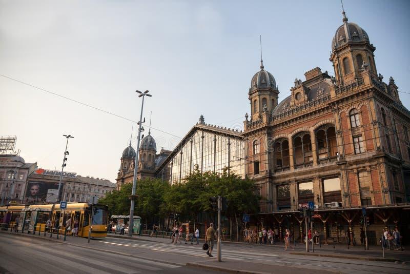 Regoli il passaggio dal buiding principale della stazione ferroviaria di Budapest Nyugati Palyaudvar fotografia stock libera da diritti