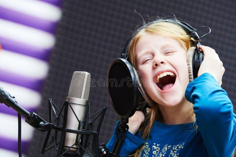 Regording studio Barnflicka som sjunger eller uttrycka för roll royaltyfria bilder