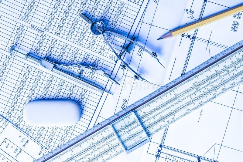 Regra de corrediça com diagramas e ferramentas de desenho na tabela imagens de stock