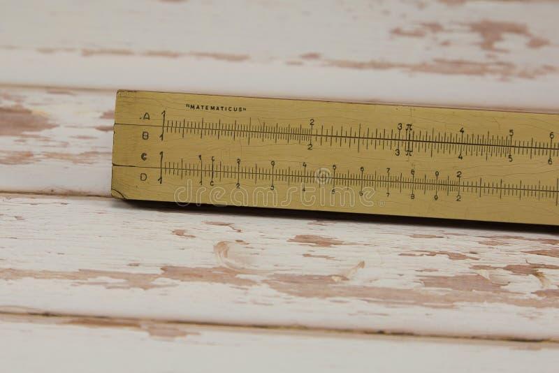Regra de corrediça de madeira do vintage: Calculadora matemática - tema da educação escolar fotografia de stock royalty free