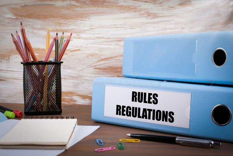 Regras e regulamentos, pasta do escritório na mesa de madeira No tabl imagens de stock