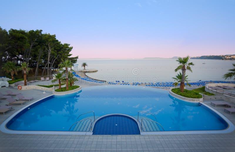 Regroupement d'hôtel de luxe avec la vue renversante de mer photographie stock libre de droits