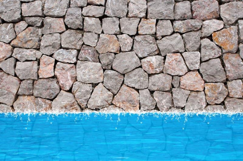 Regroupement de mur en pierre, l'eau photographie stock