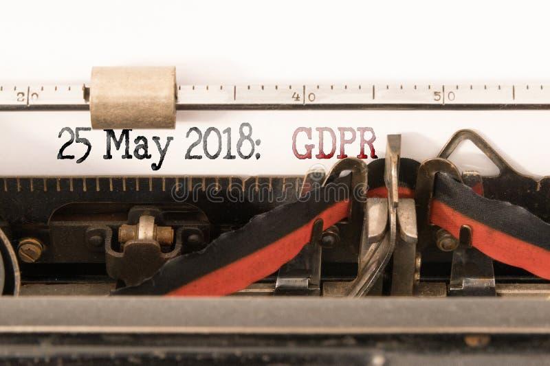 Regulación general de la protección de datos de la UE de GDPR y fecha de comienzo escrita en la máquina de escribir manual foto de archivo libre de regalías
