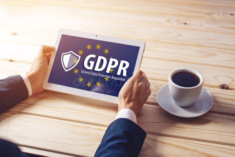Regulación general GDPR de la protección de datos El texto con la bandera de la UE representada en la tableta imagenes de archivo