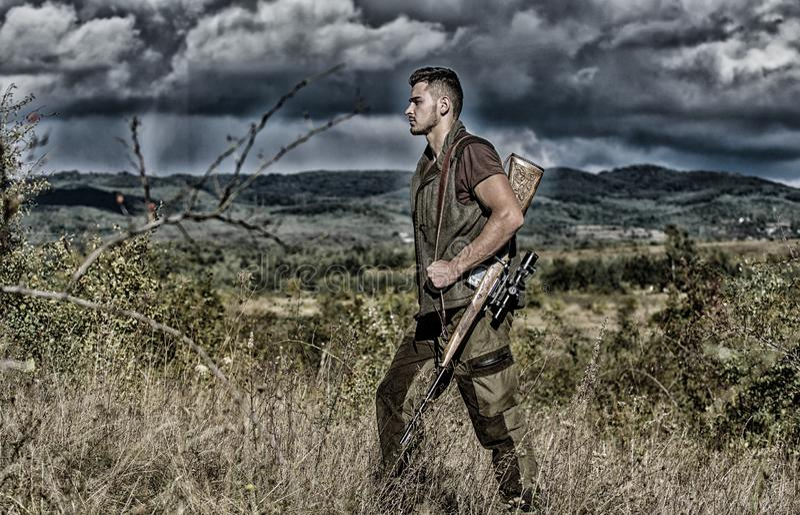 Regulaci?n de la caza Top del soporte del arma del rifle del cazador de la monta?a El cazador barbudo del individuo pasa la caza  fotos de archivo libres de regalías