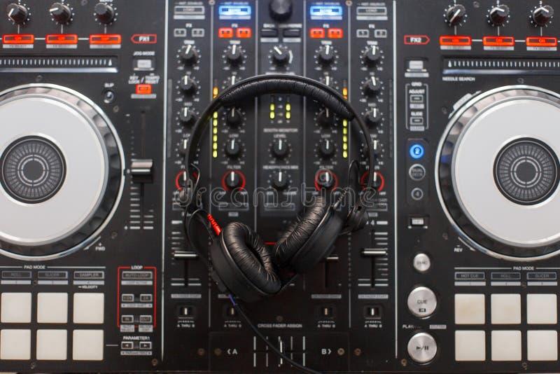 Regulador audio moderno negro y auriculares profesionales fotografía de archivo libre de regalías