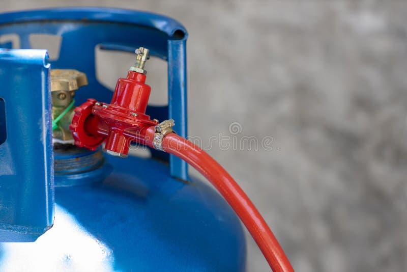 Regulador de presión rígida y válvula de funcionamiento de los depósitos de gas de cocina. GLP fotografía de archivo libre de regalías