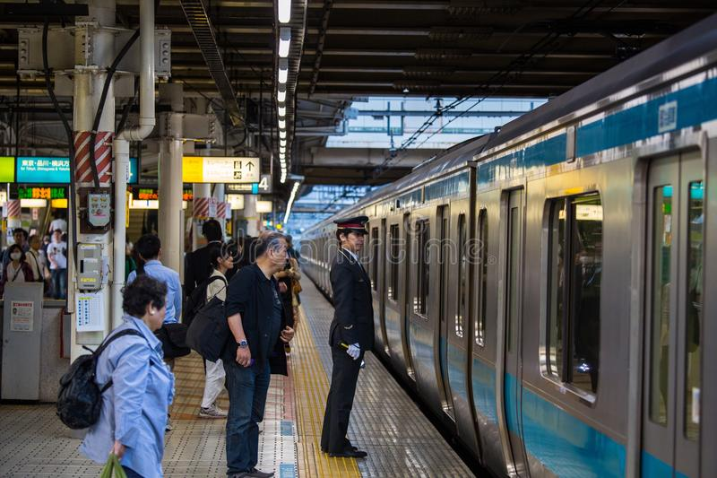 Regulador del tren en la estación de Shinjuku, Tokio fotografía de archivo
