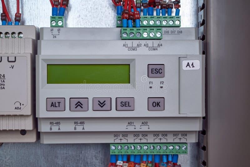 Regulador eléctrico para la automatización de procesos tecnológicos en la producción imagenes de archivo