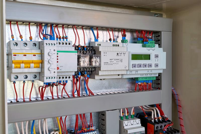 Regulador, fuente de alimentación, retransmisión de control de la fase, disyuntor foto de archivo
