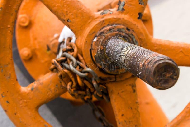 Regulador grande de la válvula en un foco bajo largo del refuerzo en el extremo del perno bajo con una cadena herida imagen de archivo libre de regalías
