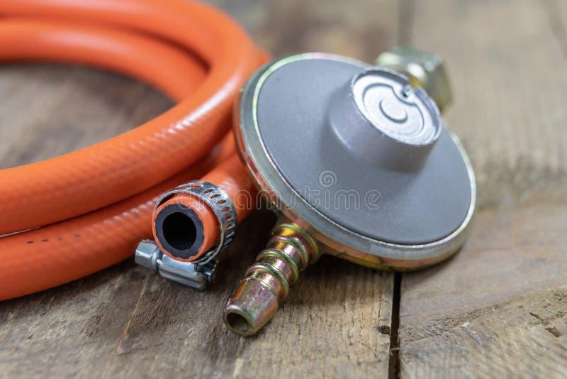Regulador para el cilindro y los accesorios de gas del propano-butano en un w imagen de archivo