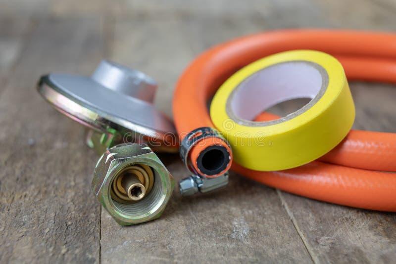 Regulador para el cilindro y los accesorios de gas del propano-butano en un w foto de archivo libre de regalías