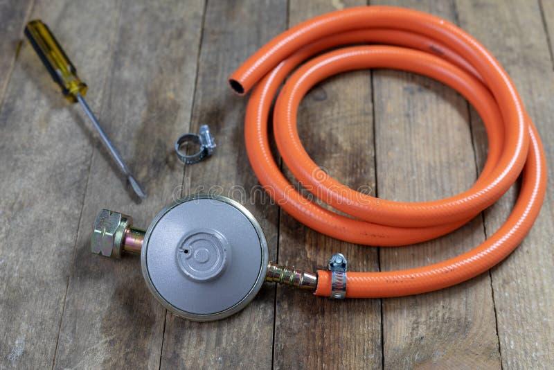 Regulador para el cilindro y los accesorios de gas del propano-butano en un w imagenes de archivo
