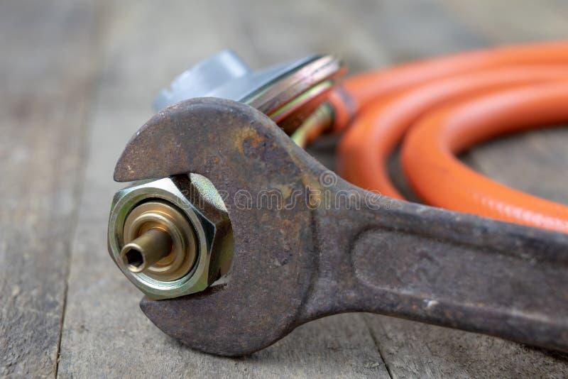 Regulador para el cilindro y los accesorios de gas del propano-butano en un w fotografía de archivo libre de regalías