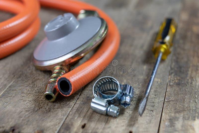 Regulador para el cilindro y los accesorios de gas del propano-butano en un w fotos de archivo libres de regalías