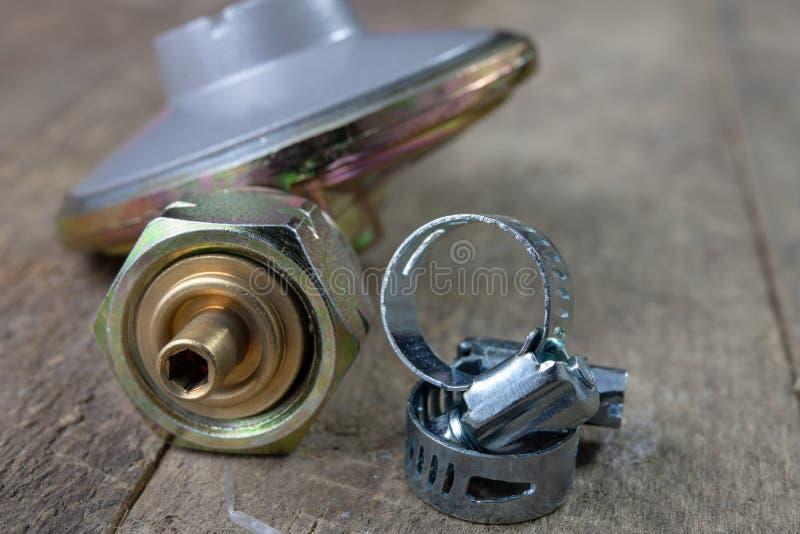 Regulador para el cilindro y los accesorios de gas del propano-butano en un w fotografía de archivo