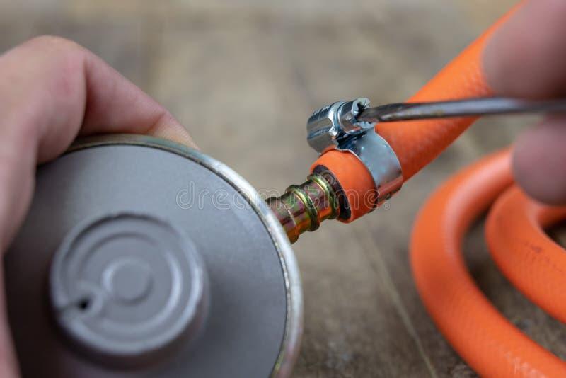 Regulador para el cilindro y los accesorios de gas del propano-butano en un w imágenes de archivo libres de regalías