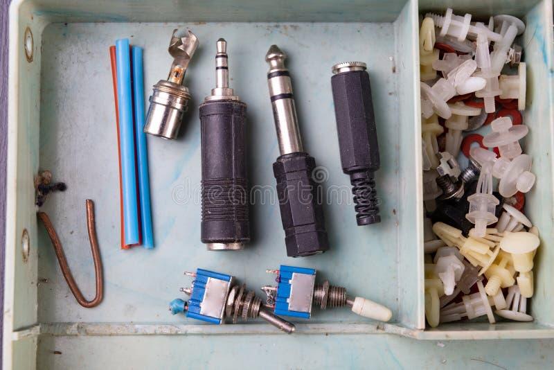 Regulador para el cilindro y los accesorios de gas del propano-butano en una tabla de madera del taller Accesorios del gas en el  fotografía de archivo