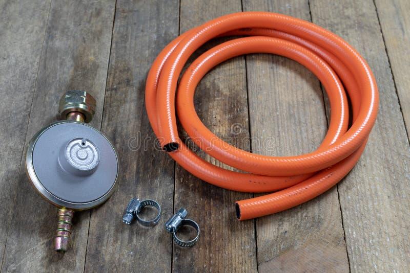 Regulador para o cilindro e os acessórios de gás do propano-butano em um w fotografia de stock