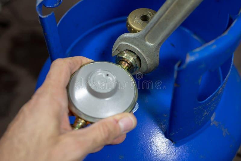 Regulador para o cilindro e os acessórios de gás do propano-butano em um w imagens de stock royalty free