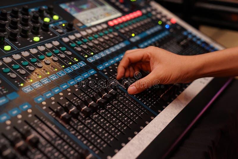Regulador sano de los controles de DJ y música mezclada del edm de los juegos en el club nocturno del concierto en un partido imagen de archivo libre de regalías