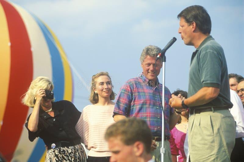 Regulatorn Bill Clinton och senatorn Al Gore på den Buscapade aktionen 1992 turnerar i Youngstown, Ohio arkivbilder