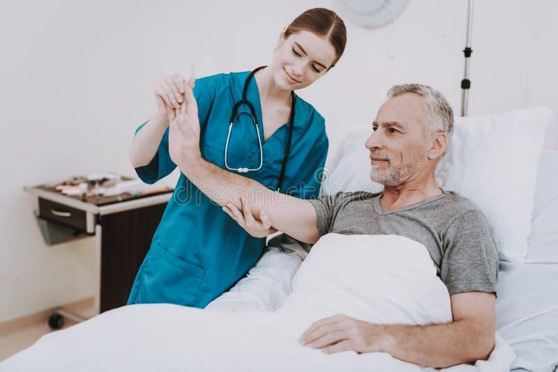 Rehabilitation im Krankenhaus Chiropraktik mit Mann lizenzfreie stockbilder