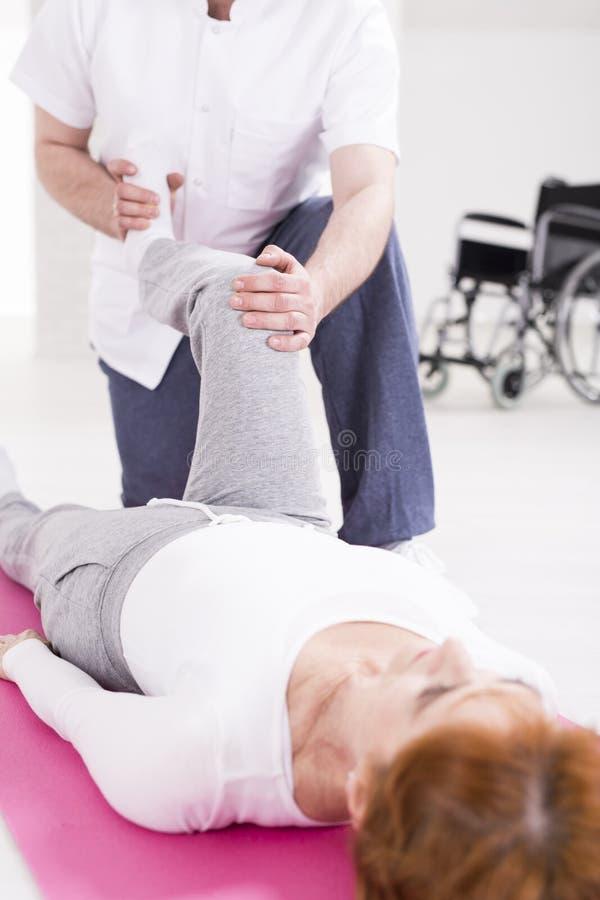Rehabilitation nach Rückenmarkverletzung stockfotos