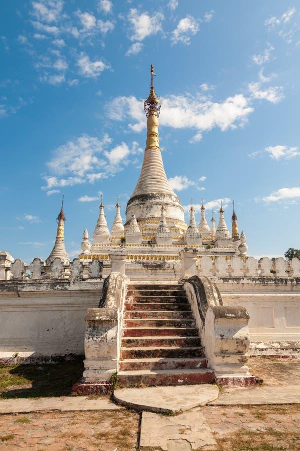 Rehabilitierte buddhistische Pagode, Inwa, Birma lizenzfreie stockbilder