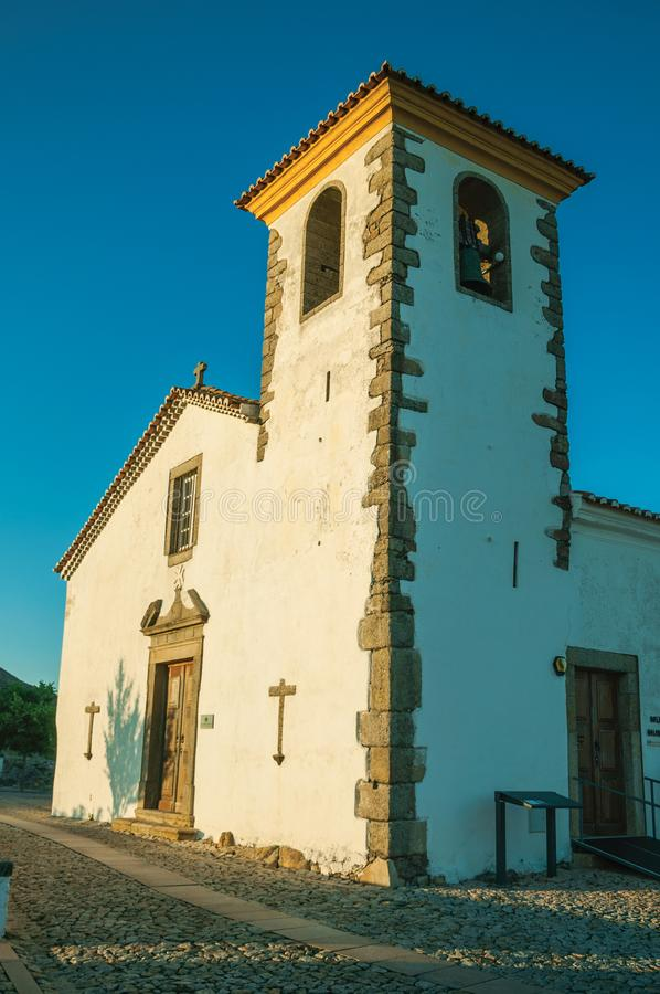 Rehabilitierte Wand in der alten Kirche mit Kirchturm und Holzt?r lizenzfreie stockfotos