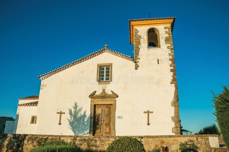 Rehabilitierte Wand in der alten Kirche mit Kirchturm und Holzt?r lizenzfreies stockbild