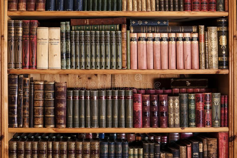 Rehna,德国- 2108 4月18, :有老vintag的木书橱 图库摄影