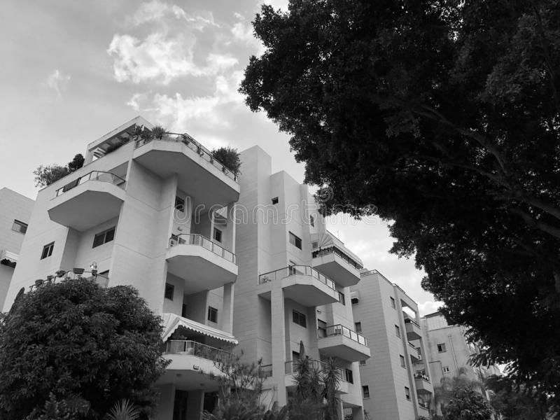 REHOVOT, ISRAËL - 26 août 2018 : Bâtiment résidentiel et arbres dans Rehovot, Israël photo stock