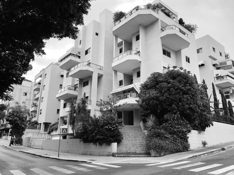 REHOVOT, ISRAËL - 26 août 2018 : Bâtiment résidentiel et arbres dans Rehovot, Israël photographie stock libre de droits