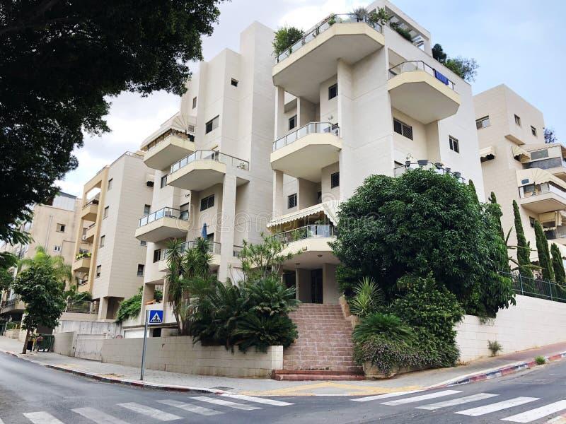 REHOVOT, ISRAEL - 26 de agosto de 2018: Edificio residencial y árboles en Rehovot, Israel fotos de archivo