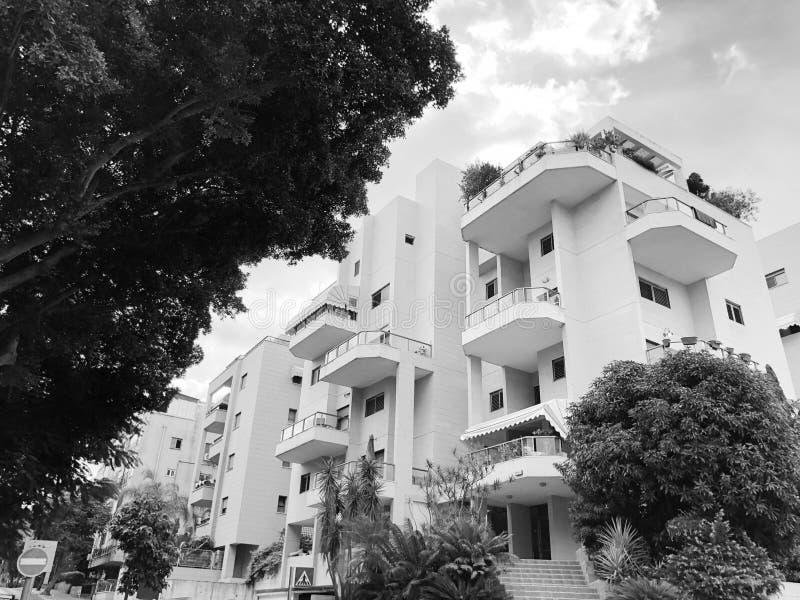 REHOVOT, ISRAEL - 26 de agosto de 2018: Edificio residencial y árboles en Rehovot, Israel imagenes de archivo