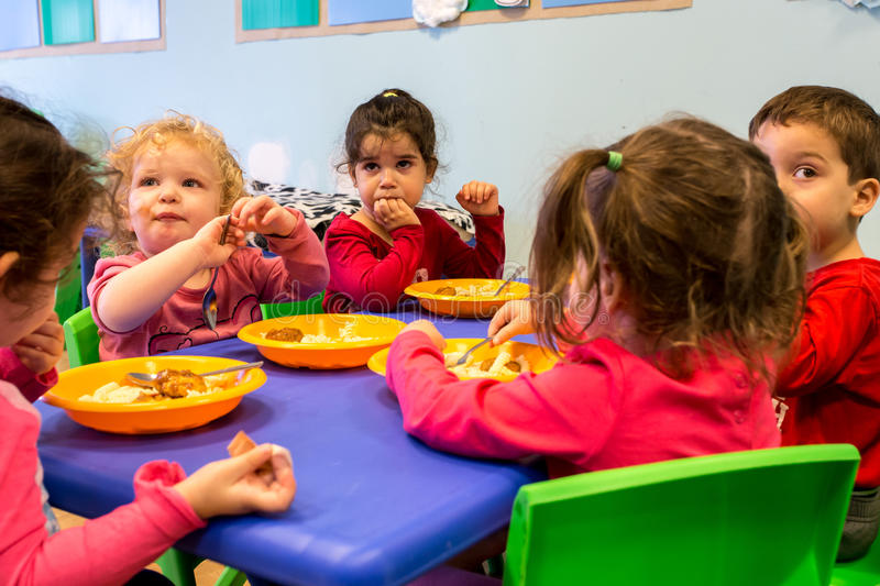 REHOVOT, ISRAEL-NOVEMBER 14.2016:Children in kindergarten eat lunch royalty free stock images