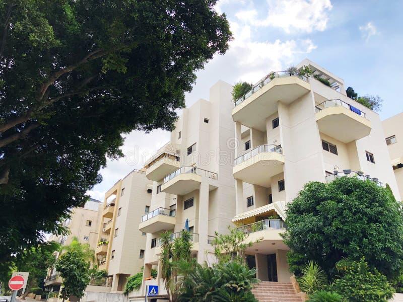 REHOVOT, ISRAELE - 26 agosto 2018: Edificio residenziale ed alberi in Rehovot, Israele immagine stock libera da diritti